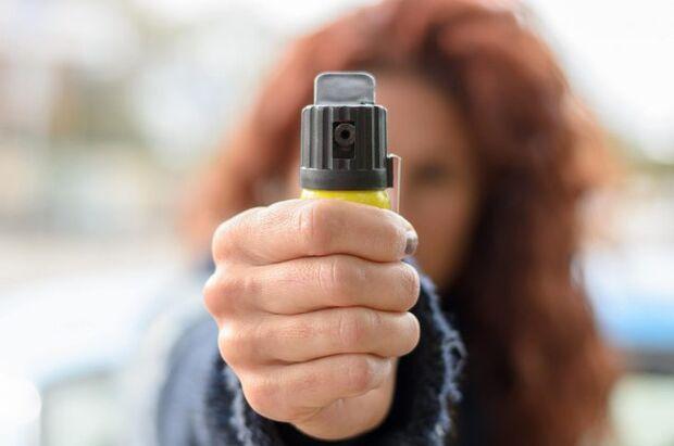 De acordo com a proposta, compete ao governo federal a emissão da autorização para o comércio do spray e das armas de eletrochoque aos estabelecimentos interessados