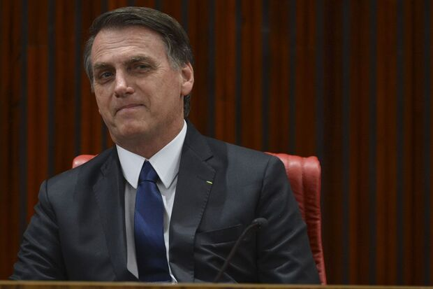 A definição depende de uma reunião que Bolsonaro terá à tarde com a equipe econômica. Ele também afirmou que as regras aplicadas às Forças Armadas serão estendidas aos policiais militares e bombeiros