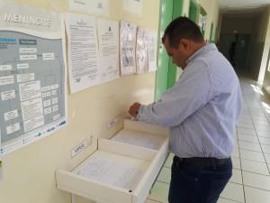 O secretário Marcelo Vilela verificando as fichas para atendimento.