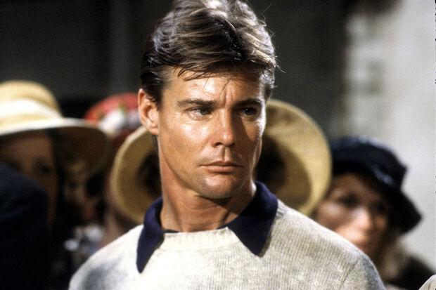 Jan-Michael foi um dos atores mais bem-pagos da TV nos anos 1980. No entanto, a série chegou a ser cancelada por causa dos problemas do ator com o álcool