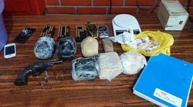 O morador do jardim Monte Líbano em Dourados, foi atuado pelo crime de posse irregular de arma de fogo de uso permitido e tráfico de drogas