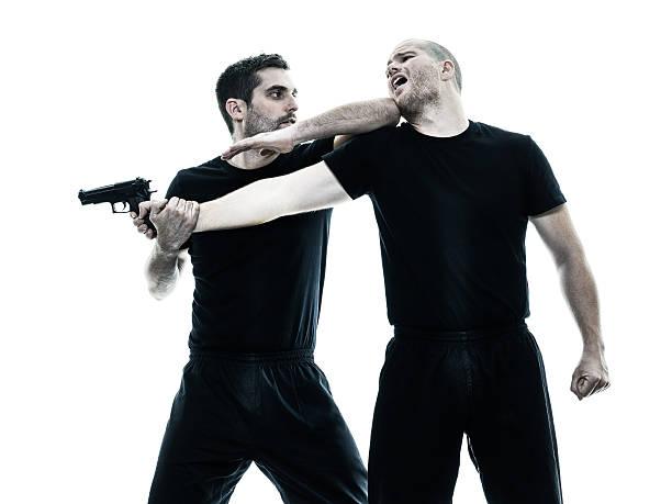 O Krav Maga prepara seus praticantes para terem discernimento sobre como reagir a uma ameaça com arma de fogo, situação extremamente delicada