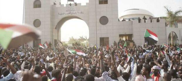 Ativistas saudaram a saída de al-Bashir enquanto pediam uma transição rápida para um governo civil, com muitos temendo que os militares pretendam manter o poder