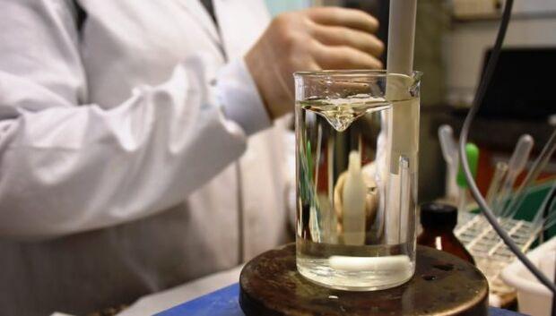 """Cientistas da USP trabalham para """"limpar"""" água contaminada."""