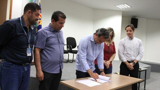 O prefeito Marquinhos Trad acompanhado da diretora-presidente do IMPCG assinou o termo de projeto para implantação do módulo de perícias médica