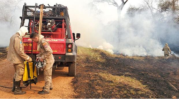Brigadistas do Ibama e bombeiros combatem focos de calor na Fazenda Caiman, em Miranda