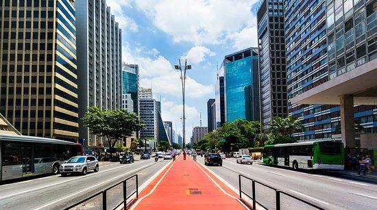 Além de ser palco para grandes eventos, a  avenida paulista também abriga diversas faculdades como Anhembi Morumbi, Faculdade Cásper Líbero, UNIP, entre outras