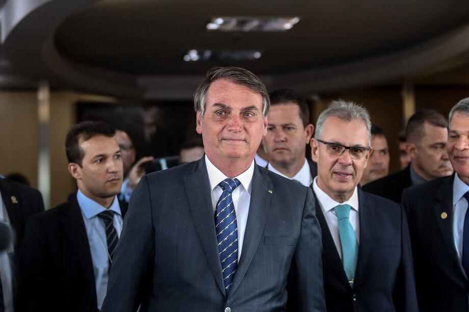 Presidente Jair Bolsonaro e o ministro Bento Albuquerque, à direita