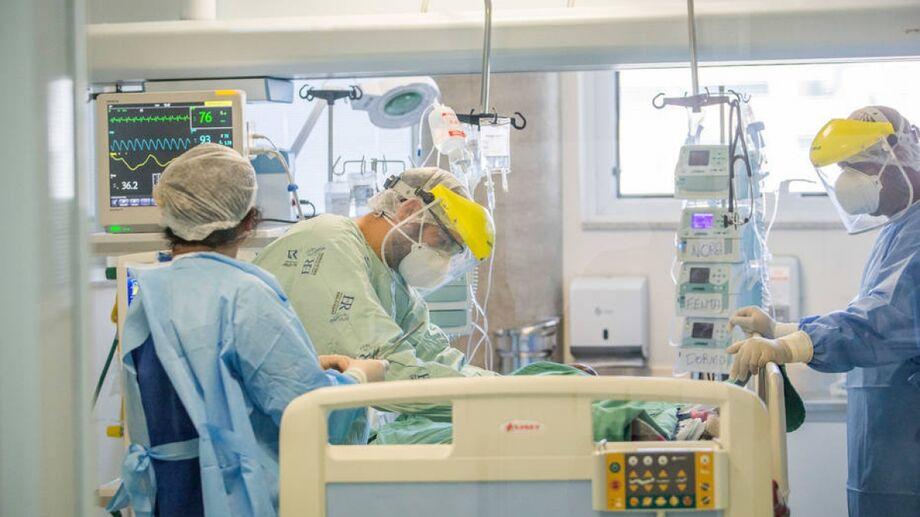 Médicos tratam paciente com coronavírus