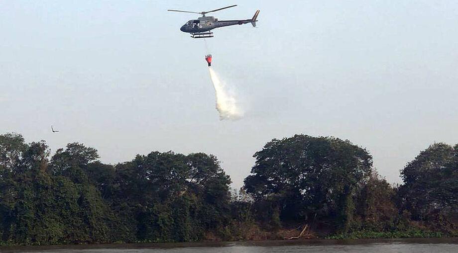 O documento propõe a aquisição de um helicóptero multimissão e duas aeronaves Air Tractor, biplace