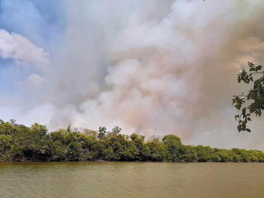 Segundo a Defesa Civil estadual, equipes do Exército e brigadistas estão tentando apagar o fogo