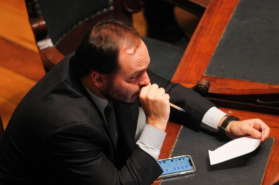 Carlos Bolsonaro é investigado por suspeita de nomear no seu gabinete funcionários que lhe repassariam seus salários