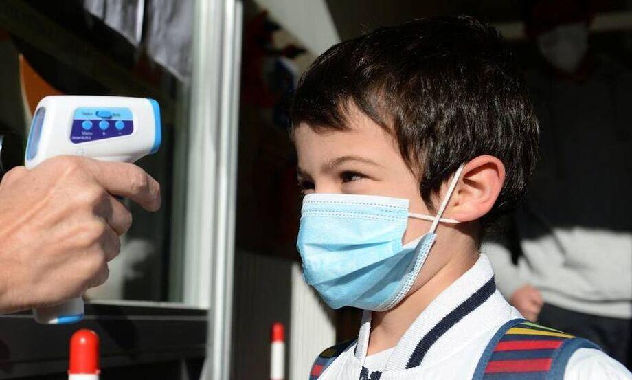 Crianças, grupo de menor risco para o novo coronavírus, entraram há pouco tempo em testes clínicos pontuais