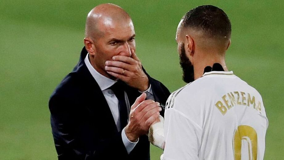 Zidane cumprimenta Benzema durante jogo contra o Alavés