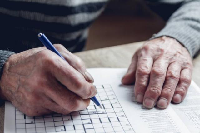 Além dos familiares, é válido que os idosos mantenham o contato com seus amigos, e também busquem conhecer novos amigos, pensando não apenas nos estímulos para o cérebro que isso traz