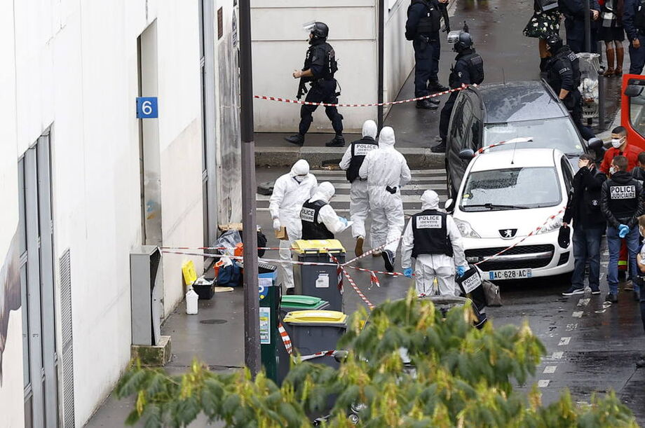Investigadores da polícia francesa trabalham no local onde o ataque a faca aconteceu