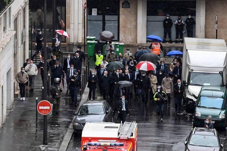 Ataque com faca deixou duas pessoas feridas em frente a sede da revista Charlie Hebdo, em Paris