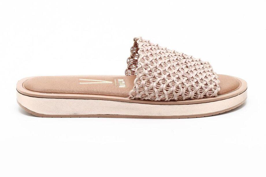 A sandália, popularmente conhecida como rasteirinha, não é um modelo novo, mas se transforma ao passar dos anos