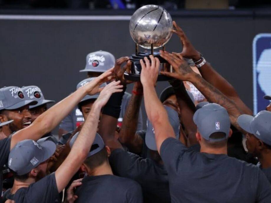 Jogadores do Miami Heat celebram com troféu da Conferência Leste da NBA