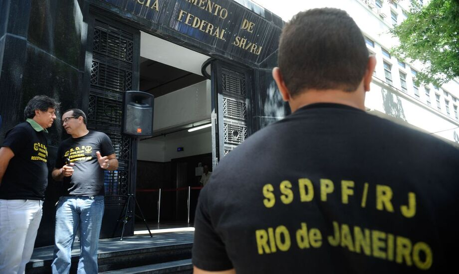 A Operação Garrote conta com 40 policiais federais para o cumprimento de dois mandados de prisão temporária e sete de busca e apreensão