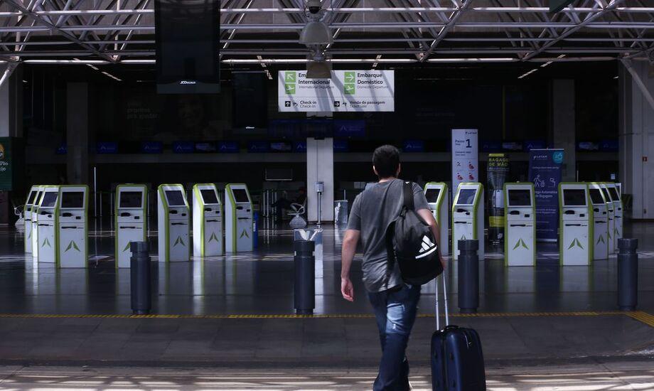 A entrada por estrangeiros por via aérea está permitida desde que obedecidos os requisitos migratórios adequados à sua condição