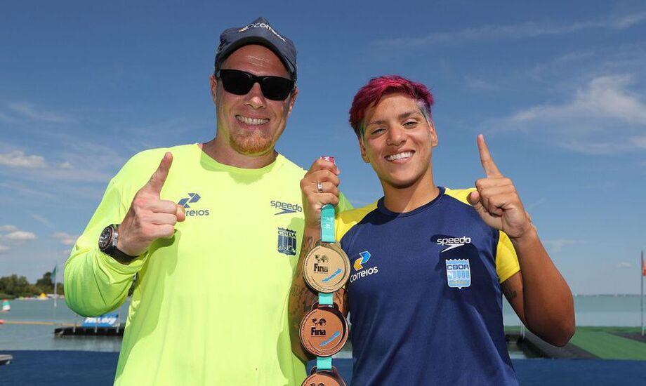 Nadadora Ana Marcela ao lado do técnico Fernando Possenti