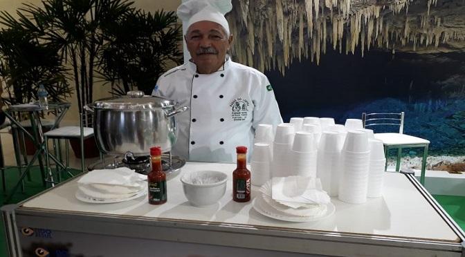 Durante as apresentações nas feiras, Baiano prepara os principais pratos de Mato Grosso do Sul