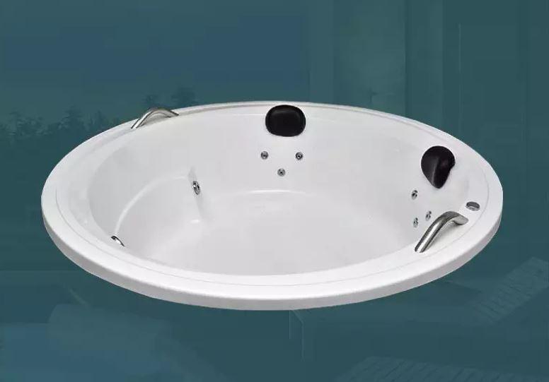 Existem diversos modelos da mesma em uma loja de banheiras, com dispositivos como hidromassagem