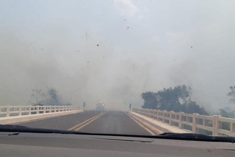 Ontem à tarde, até por volta das 20h45, o trânsito teve de ser interrompido por causa da fumaça dos focos de incêndios nos dois lados da pista, que reduziram e muito a visibilidade de condutores