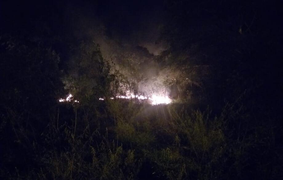 A Polícia Militar Ambiental foi acionada na madrugada de hoje (26) por conta de uma pessoa que estaria provocando um fogo em um grande terreno, à margem da rodovia MS 384 em Bela Vista