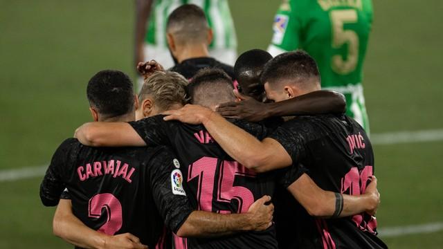Jogadores do Real comemoram um de seus três gols na partida