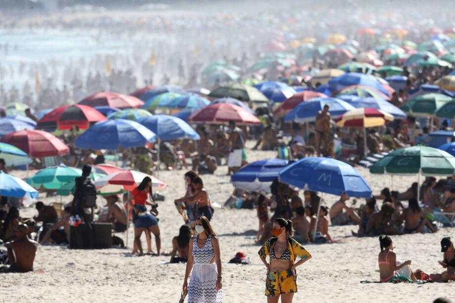 Praia lotada em Ipanema, no Rio, neste domingo, 30, apesar da pandemia de coronavírus
