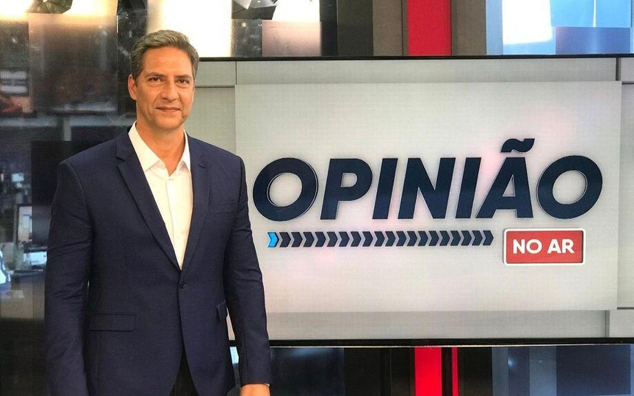 Luís Ernesto Lacombe no estúdio do Opinião no Ar, programa da RedeTV! que estreia segunda (28)
