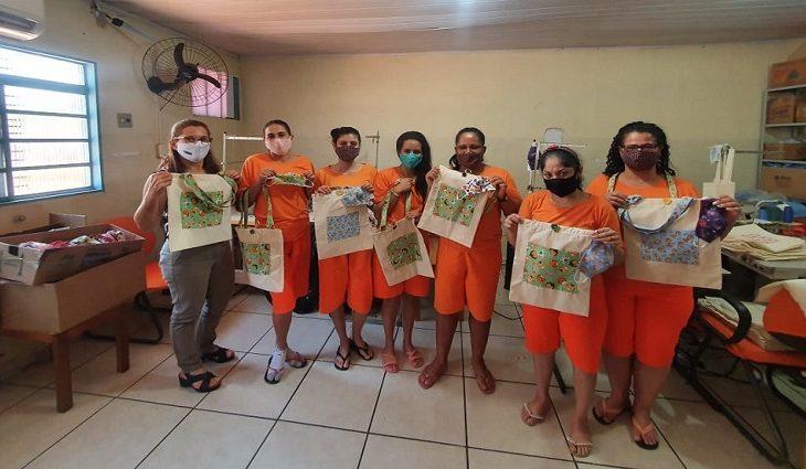 Foram confeccionadas bolsas e máscaras de tecido lavável