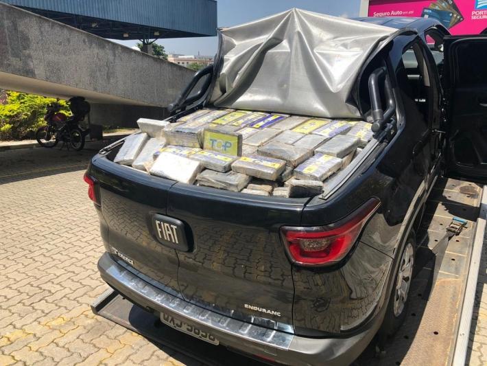 Após perseguição e colisão, os policiais prenderam um homem transportando 646 tabletes de cocaína, totalizando 705,8 kg de entorpecente.