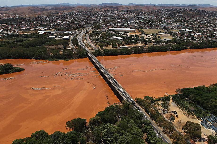 Uma grossa camada de lama, vinda da barragem de Mariana toma conta do Rio Doce