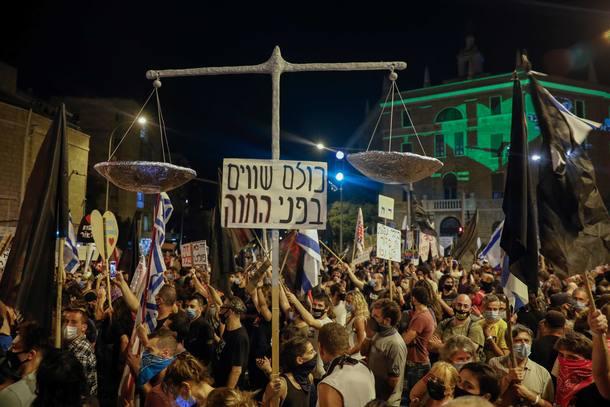 Manifestantes israelenses participam de uma manifestação anti-governo em frente à residência do primeiro-ministro Benjamin Netanyahu em Jerusalém