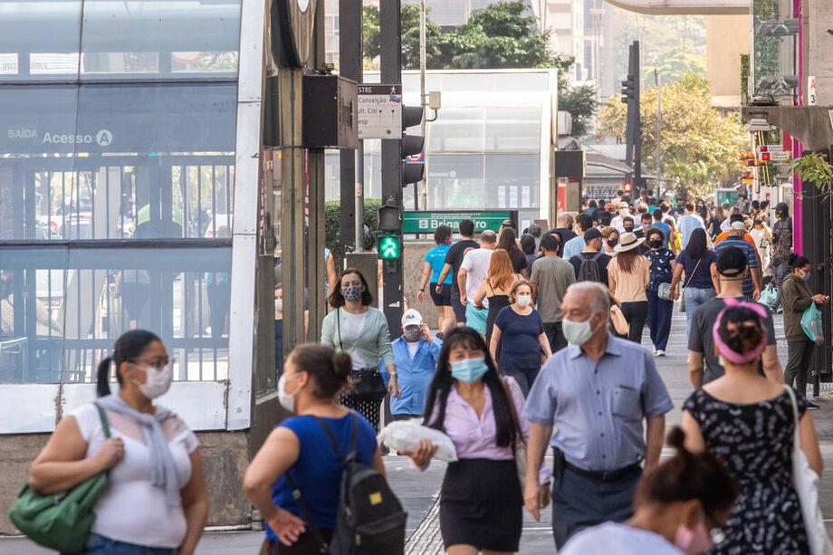 A média móvel de mortes por covid-19 no Brasil ficou em 430 nesta quarta-feira, 28