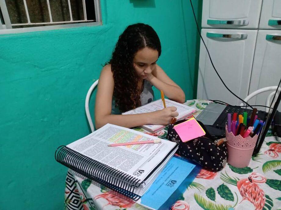 Aluna do ensino médio, Izabelly Correia de Oliveira, de 16 anos, participou da pesquisa