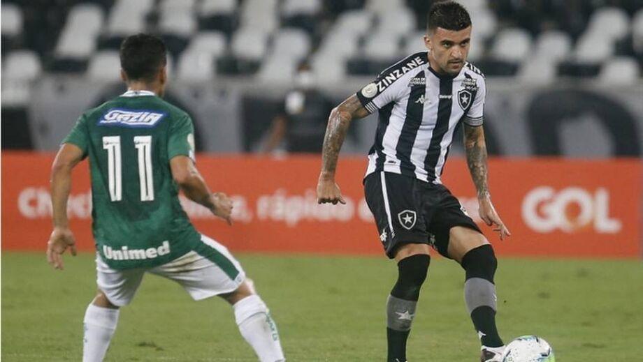 Victor Luiz, lateral-esquerdo do Botafogo, em ação durante jogo com o Goiás