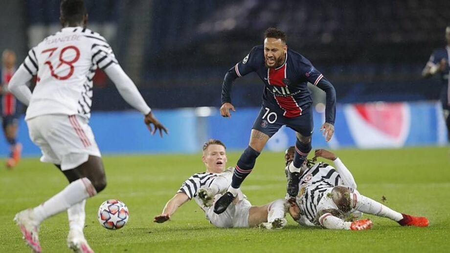 Neymar sofre falta na derrota do PSG para o Manchester United