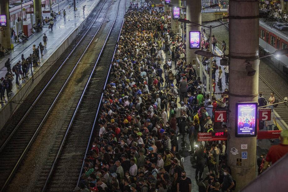 Aglomeração na linha 11-Coral da Companhia Paulista de Trens Metropolitanos (CPTM)