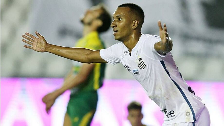 Lucas Braga comemora gol na vitória do Santos sobre o Defensa Y Justicia