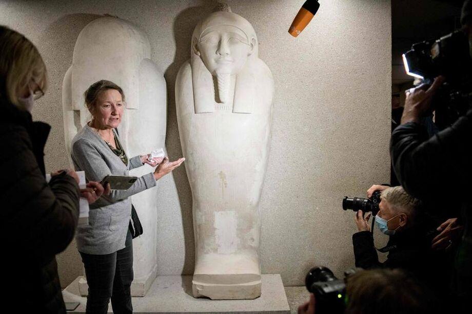 Friederike Seyfried mostra danos a obras do Neues Museum, de Berlim