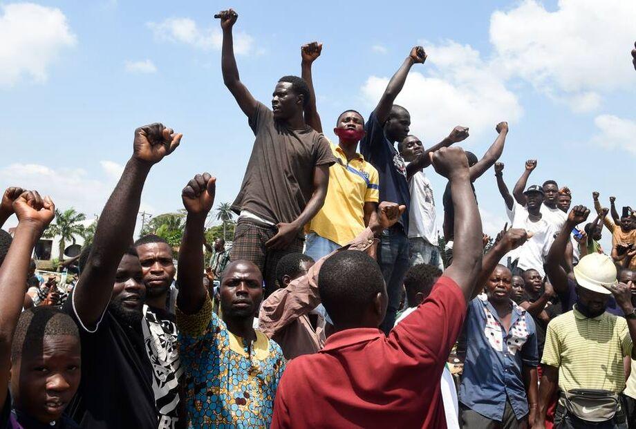 Manifestantes protestam contra a violência policial em Lagos, na Nigéria.