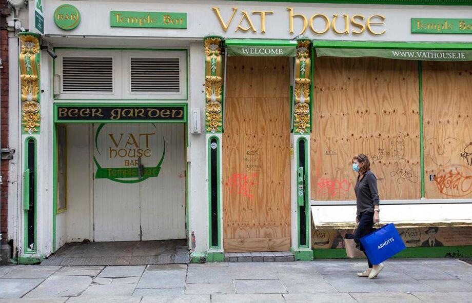 Na Irlanda e no País de Gales, estabelecimentos comerciais não essenciais serão fechados
