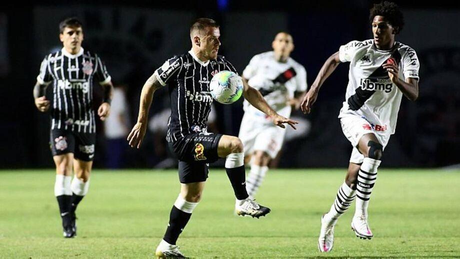Ramiro tenta jogada pelo Corinthians