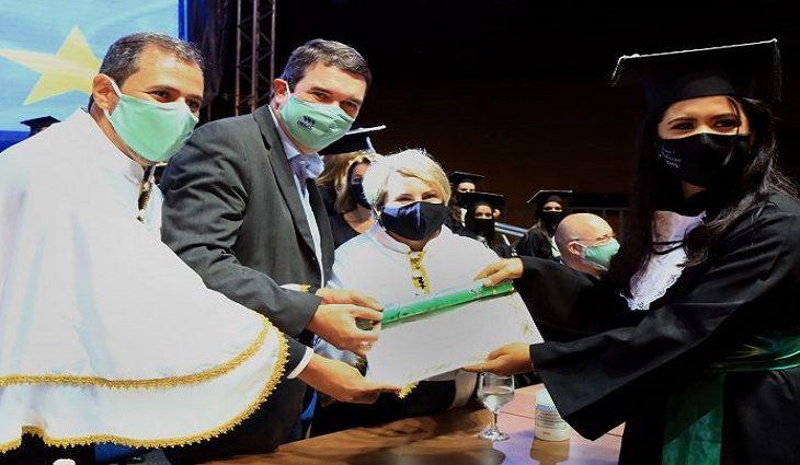 A solenidade respeitou os Protocolos de Biossegurança e os convidados acompanharam a cerimônia de dentro de seus carros, com muita satisfação.