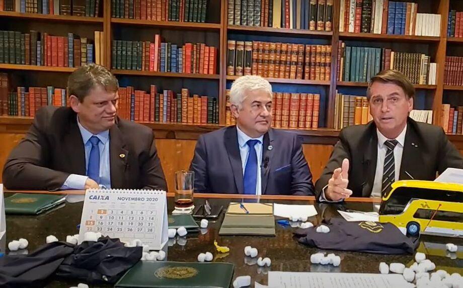 Os ministros Tarcísio de Freitas, da Infraestrutura, e Marcos Pontes, da Ciência e Tecnologia, participam de live com Bolsonaro