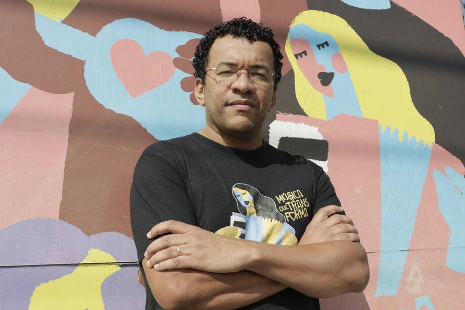 Luccas Soares na frente do Instituto Anelo, fundado por ele para dar aulas de música no Jardim Florence, bairro da região do Campo Grande
